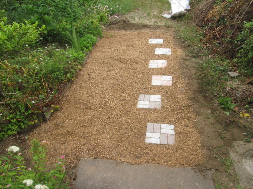 玄関前の防草、ぬかるみ防止